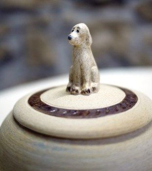 Keramická dóza s figurkou psa