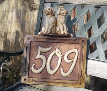 keramické domovní číslo se psy