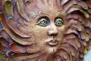 Keramický reliéf – sluneční žena zelená