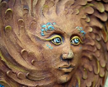 Keramický reliéf – sluneční žena modrá