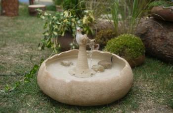Ručně modelovaná, keramická, zahradní fontánka s ptáčkem