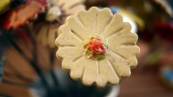 Keramická kytka krémová, červený střed