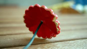 Dekorační, keramická kytka červená, červený střed