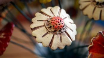 Keramická kytka přírodní, červený střed