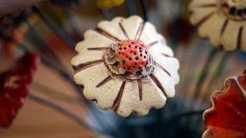 Keramická dekorativní květina, přírodní, červený střed