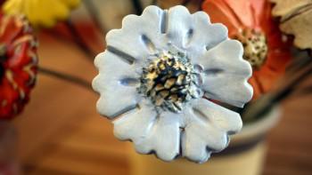 Keramická dekorativní květina