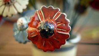 Keramická kytka červená, tmavý střed