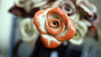 Keramická růže oranžová žíhaná, lesk
