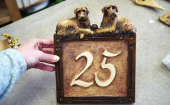 keramické domovní číslo znamení pes nikilu Lucie Polanská x2