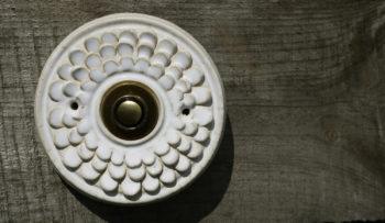 zvonkové tlačítko keramika mosaz cínie bílá lucie polanská