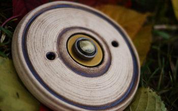 zvonkové tlačítko keramika mosaz bílá káva lucie polanská nikilu 1
